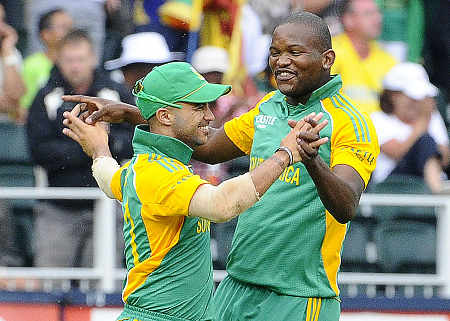 Lonwabo Tsotsobe congratulates JP Duminy for taking a brilliant running catch