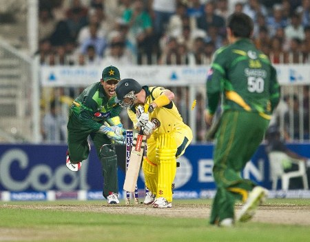 Kamran Akmal attempts to stump David Hussey