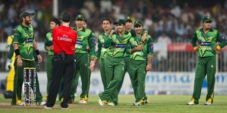 Pakistan players have a chat with umpire Bowden