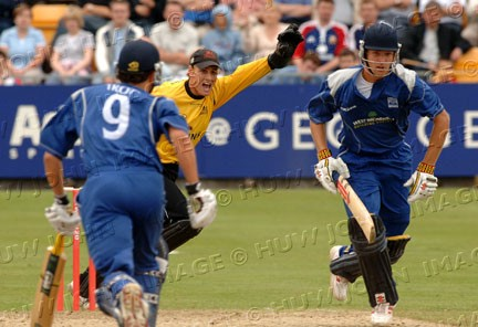 Mark Wallace appeals for lbw during Warwickshire`s innings