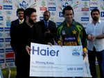 Skipper Mohammad Hafeez collects the winning bonus