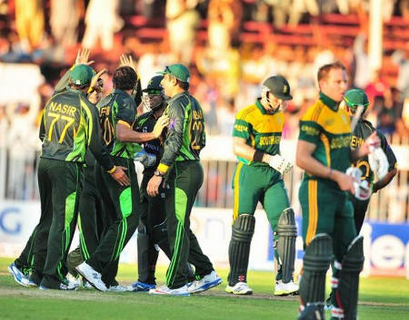 Players gather around Afridi after he dismissed McLaren