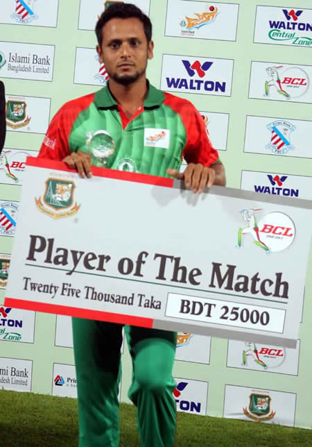 Arafat Sunny with the Man of the Match Award