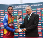 Shimron Hetmyer receives the trophy from ICC President Zaheer Abbas