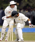 Geraint Jones (L) unsuccesfully appeals for the dismissal of Hasan Raza