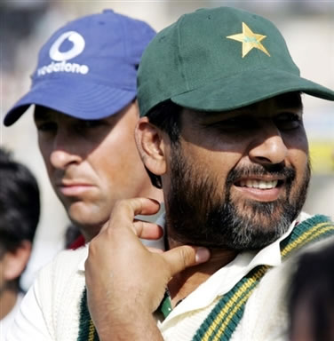 Inzamam-ul-Haq & Marcus Trescothick during the match closing ceremony
