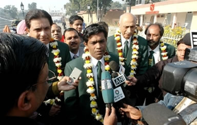 Rashid Latif address the media at Wagah border