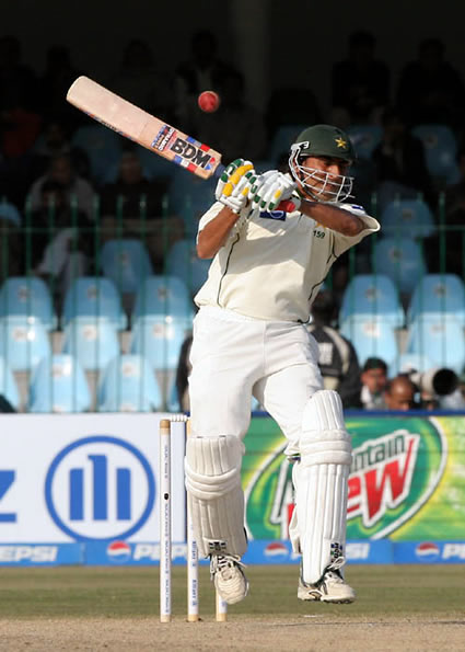Younis Khan avoids a bouncer