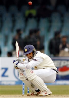 Rahul Dravid avoids a bouncer