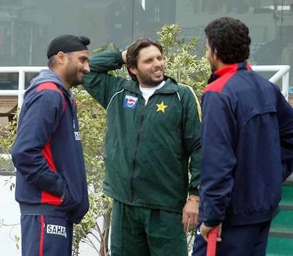 Shahid Afidi having discussion with Harbhajan Singh