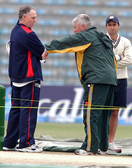 Woolmer and Chappell having discussion