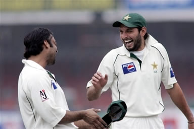 Shahid Afridi and Shoaib Akhtar leaves the ground after bad light