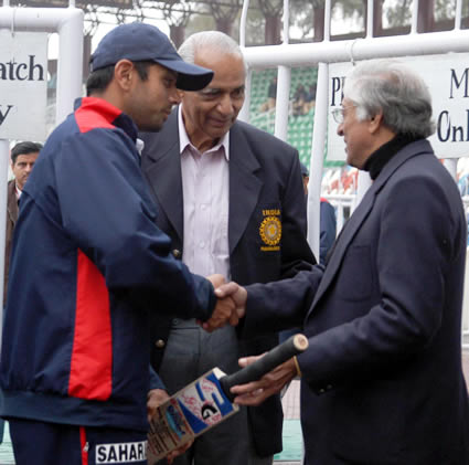 Chuni Goswami handed over the bat to Ganguly