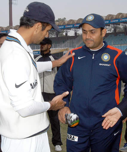 Dravid having discussion with Sehwag