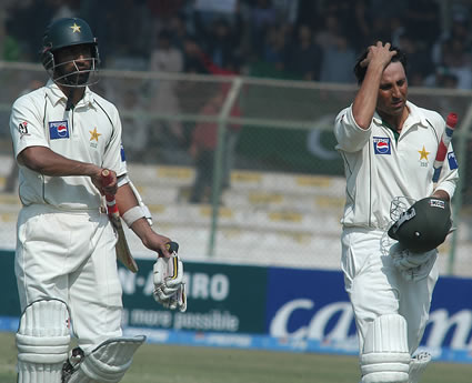 Mohammad Yousaf and Younis Khan leaving the field