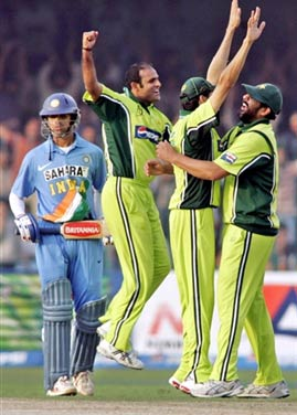 Pakistan team celebrates the wicket of Rahul Dravid