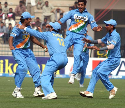Indian players celebrates pakistan wicket