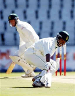 Shaun Pollock & Makhaya Ntini takes run between the wickets