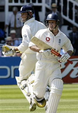 Strauss & Trescothick takes run between the wickets