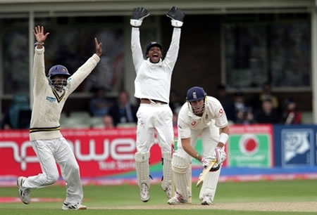 Tharanga & Sangakkara doing a successful lbw appeal against Pietersen