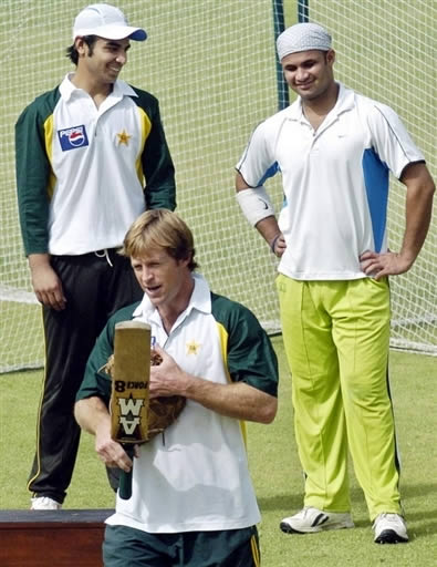 Jonty Rhodes gives fielding tips to Pakistani cricketers