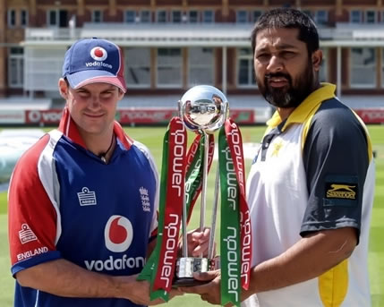 Strauss & Inzamam poses with Test match series trophy