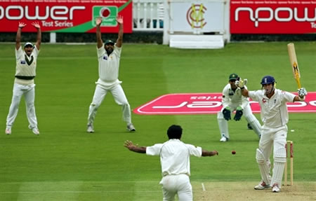 Inzamam & company celebrate the wicket of Pietersen