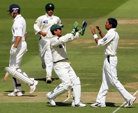 Mohammad Sami celebrates with Kamran Akmal after taking the wicket
